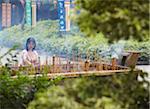 Femme prier au Temple Guangxiao, Guangzhou, Guangdong Province, Chine