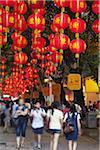 Menschen zu Fuß entlang der Fußgängerstraße Einkaufsstraße Lu Peking, Guangzhou, Guangdong Province, China