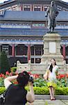 Chinesische Touristen fotografieren außerhalb der Sun Yat Sen Memorial Hall, Guangzhou, Guangdong Province, China