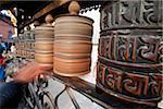 Pèlerins du Népal, Katmandou, tournent les moulins à prières au Temple de Swayambunath (Monkey Temple) qui domine la vallée de Katmandou