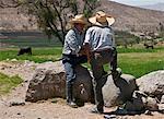 Au Pérou, deux fermiers dans la conversation, à côté de la pre-Inca terrasses qui est alimenté par un réseau de canaux d'irrigation, Arequipa.