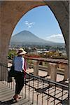 Au Pérou, un touriste donne sur Arequipa au volcan El Misti de mirador de s Yanahuara (scenic outlook).