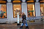 Russie, Saint-Pétersbourg ; Deux filles russes marchant le long de la Nevski Prospekt devant les boutiques