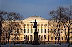 Russie, Saint-Pétersbourg ; Une sculpture du poète russe Alexandre Pouchkine, debout sur la rue Pushkinskaya.