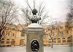 """Russie, Saint-Pétersbourg ; Un monument à l'italienne architecte Rossi, debout en face de """"""""Ulitsa Rossi"""""""", dans la neige"""