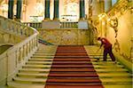 Russie, Saint-Pétersbourg ; Un travailleur à l'intérieur du Musée de l'Ermitage