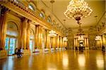 Russie, Saint-Pétersbourg ;Le hall d'or majestueux qui s'illumine comme par magie à l'intérieur du Palais d'hiver au Musée de l'Ermitage