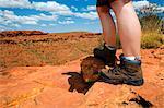 Australie, Northern Territory, Parc National de Watarrka (Kings Canyon). Randonneur sur la promenade de bord de Kings Canyon. (PR)