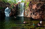 Australie, Northern Territory, Parc National de Litchfield. Nageuse aux Florence Falls.(PR)