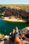 Australie, Northern Territory, Nitmiluk National Park. Randonneur relaxant avec vue sur la Gorge de Katherine.