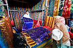 Chine, Province de Xinjiang, Kashgar, stands, marché dominical de soie