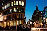 Angleterre, Londres. Londres cathédrale Saint-Paul au crépuscule, à partir de Mansion House.