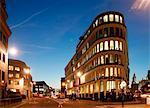 Angleterre, Londres. Londres 30 Cannon Street au crépuscule avec St. Paul en arrière-plan.