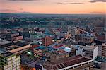 Kenya, Nairobi. Nairobi au lever du jour avec le mont Kenya (à droite) et les montagnes Aberdare s'élevant dans le lointain.