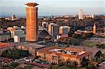 Kenya, Nairobi. Nairobi au lever du soleil avec la tour circulaire du Centre de conférences Kenyatta au premier plan.