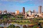 Kenya, Nairobi. Nairobi en fin soleil après-midi avec Uhuru Park au premier plan.