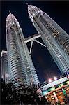 Malaisie, Kuala Lumpur, Kampong Baharu, nuit temps vue du ciel pont reliant les deux tours Petronas