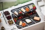 Platte mit Käse und Obst