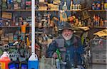 Homme dans la Station d'essence fenêtre, Maine, États-Unis