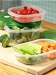 Gemüse in wiederverwendbare Behälter