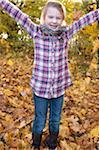Jeune fille à l'extérieur en automne