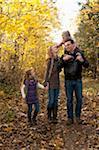 Famille marchant dans la forêt en automne