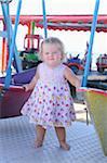 Petite fille sur une promenade en bateau au parc d'attractions