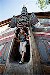 Femme explore la maison de clan à Totem Bight State Historical Park près de Ketchikan, Alaska du sud-est, l'été