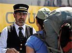 Le chef d'orchestre accueille les passagers qu'ils à bord Chugach Explorateur de l'Alaska Railroad au Portage pour un voyage de whistle stop à Spencer Glacier, centre-sud de l'Alaska, l'été