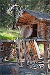 Pelze hängen aus Blockhaus Cache am Chena Indianerdorf auf der Riverboat-Entdeckungsreise, Fairbanks, Alaska Interior, Sommer