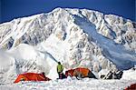 Grimpeurs au Camp de Base Kahiltna avec la Face sud du Denali en arrière-plan, Denali National Park and Preserve, intérieur de l'Alaska, l'été