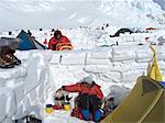 Grimpeur femelle fait fondre la neige au Camp trois sur la Route de contrefort Ouest, Kahiltna Glacier sur Mt. McKinley, Denali National Park et préserver l'intérieur de l'Alaska, l'été