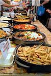 Chili-Huhn mit Reisnudeln und andere Speisen auf dem indischen Curry-Festival in Brick Lane, London, England