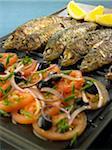 Gegrillte Sardinen und Tomaten