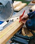 Mesurer sur une planche de bois.