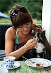 Une femme avec son chat.