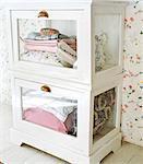 Verre armoire avec des textiles.