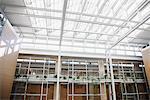 Intérieur des passerelles et des puits de lumière dans l'immeuble de bureaux moderne
