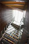 Atrium en verre et puits de lumière dans l'immeuble de bureaux moderne