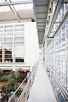 Passerelle et atrium en immeuble de bureaux moderne
