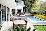 Moderne Terrasse neben dem Schwimmbad