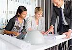 Geschäftsleute, die Überprüfung der Entwürfe im Konferenzraum