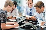 Geschäftsleuten in Tagung zur Telefonkonferenz