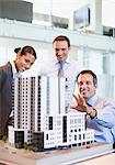 Blick auf Geschäftsleute model Gebäude im Büro