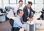 Geschäftsleute, die Überprüfung der Entwürfe im Büro
