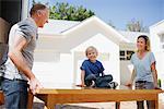 Parents et fils déménagement table de camion de déménagement dans la maison