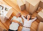 Couple heureux pose sur plancher de maison neuve