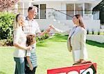 Grundstücksmakler Aushändigung Familie die Schlüssel für ihr neues Haus