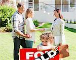 Grundstücksmakler gratulieren Familie auf neues Haus kaufen