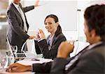 Gens d'affaires travaillant ensemble dans la salle de conférence